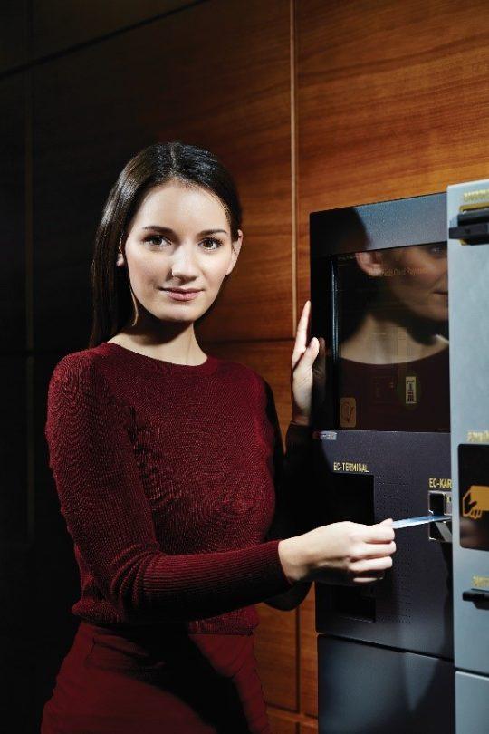 Zuführen der Bezahlkarte zum Druck des Kassenbons