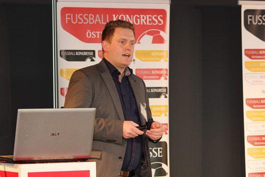 Christopher Baumgartner, BA bei seinem Vortrag © FUSSBALL KONGRESS